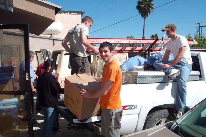 Descargando alimentos para el orfanato, Tijuana