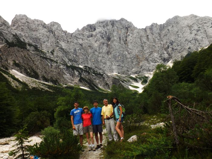 La familia con la norte del Triglav de un kilómetro de altura