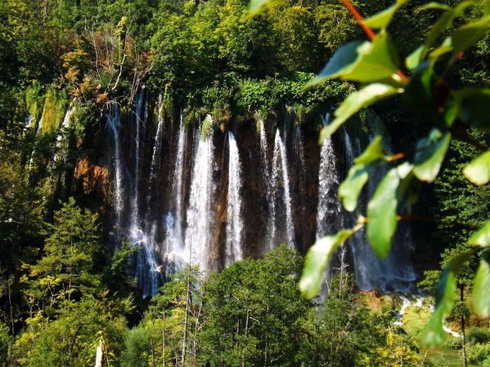 Cascadas incrustadas en los hayedos, parque nacional de Pletvice