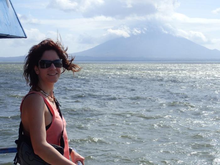 Bea en el barco camino de Ometepe