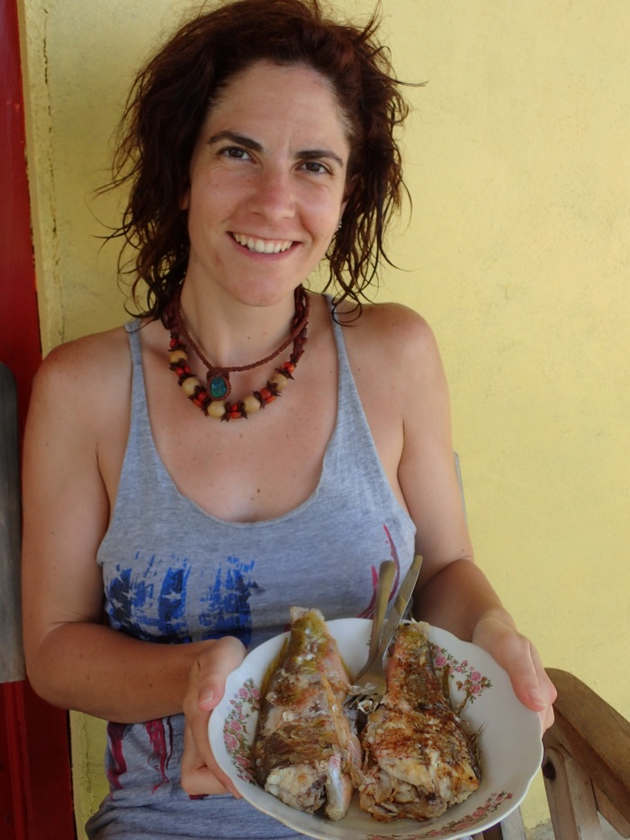 Bea con los pescados recién pescados y fritos