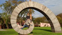 Colonia Sacramento, impresionante exposición de arte con trozos de madera encontrados en la orilla