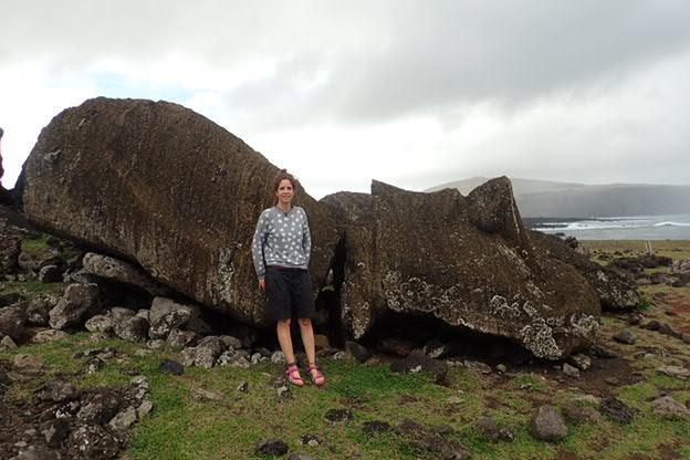 Hay más de 900 moai en la isla de Rapa Nui, la mayoría se encuentran tirados en el suelo después de las guerras tribales y tsunamis