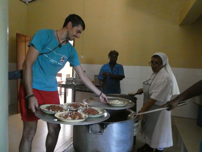 En el comedor infantil que organiza la monja española Antonia, donde alimentan a más de 300 niños al día en su mayoría musulmanes. Este es uno de los muchos proyectos que gestiona con tesón!