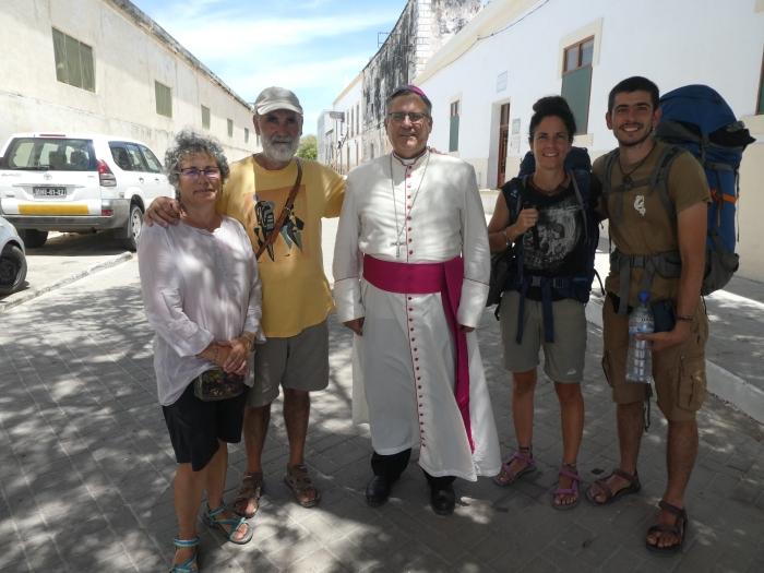 Con los segovianos Santiago y Teresa y el obispo de Nacala, el riojano Alberto Vera en Isla de Mozambique