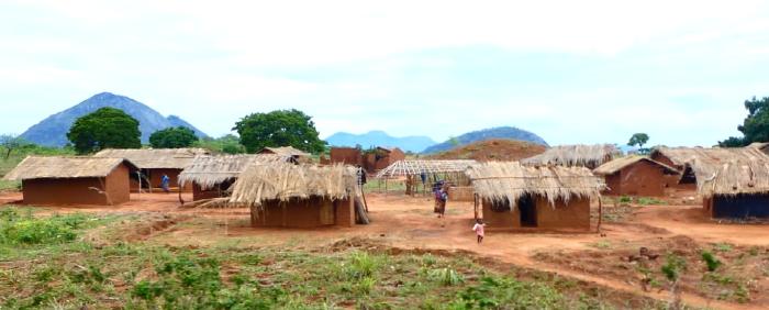 Poblados aislados en la ruta Nampula a Cuamba. No dispones de luz ni agua corriente y cada año tras las lluvias tienen que rehacer sus casas de barro y paja. Es en estas zonas donde la malaria suma sus cifras. Para una población de 450.000 personas disponen de una sola escuela de secundaria.
