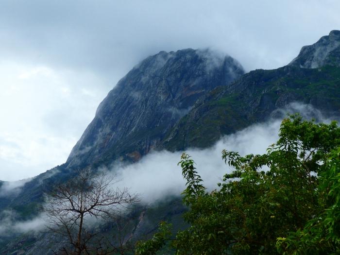 Montañas Mulanje entre las  nubes. El Sapitwa con 3002m es el techo de Malawi en esta sierra