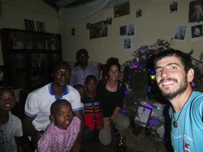 Con la familia de Peter en Sumbawanga, con los que pasamos una velada inolvidable