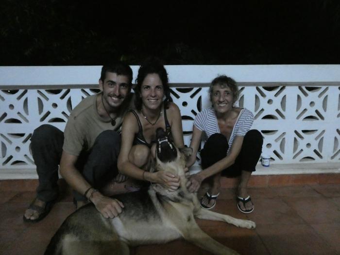 Con Ainhoa y Txiki en su casa de Dar Es Salaam despidiendo Tanzania