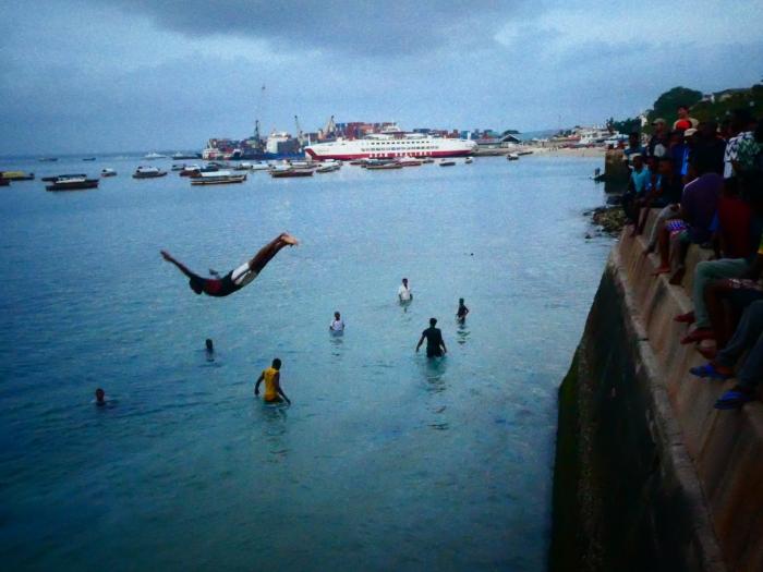 Cada tarde algunos jóvenes de Stonetown nos deleitaban con saltos imposibles a muy poca profundidad