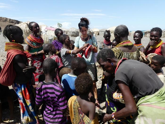Bea rodeada de mujeres Elmolo mostrando sus collares