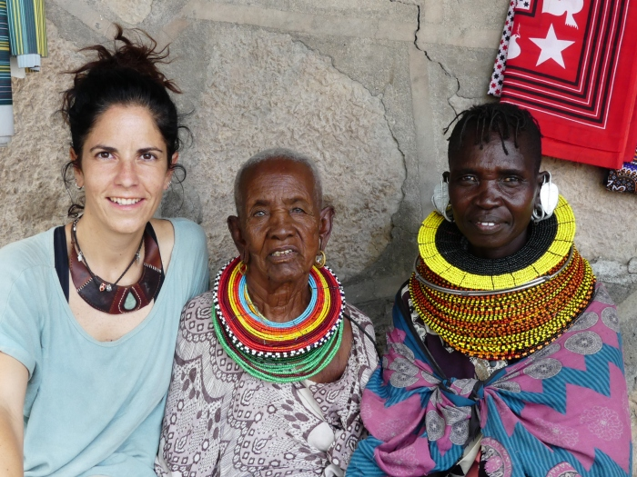 Bea con una mujer samburu y otra turkana. Ni mucho menos no todo son problemas entre estas tribus y en la actualidad no es extraño los matrimonios mixtos