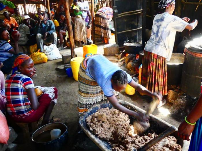 """Mercado de Konso preparando la comida tradicional """"njera"""", un pan agrio que personalmente nos revuelve las tripas"""