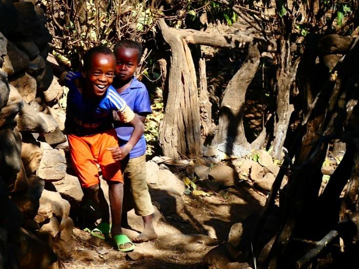 Niños alegres en las aldeas de Konso