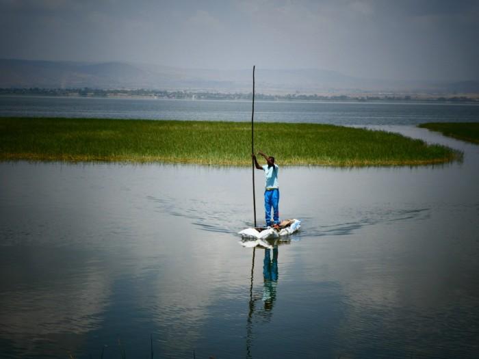 En estas embarcaciones tan sencillas en el lago Hawassa se ganan la vida los pescadores cada día