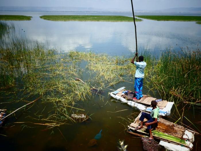 Pescador en el lago Hawassa, donde capturan tilapias que luego limpian y fríen en la orilla