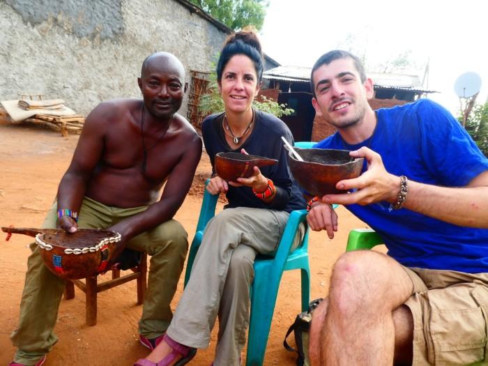 Tomándonos un café Hamer (lo hacen con la cáscara del grano de café) servido en una calabaza en Dimeka con el dueño del bar