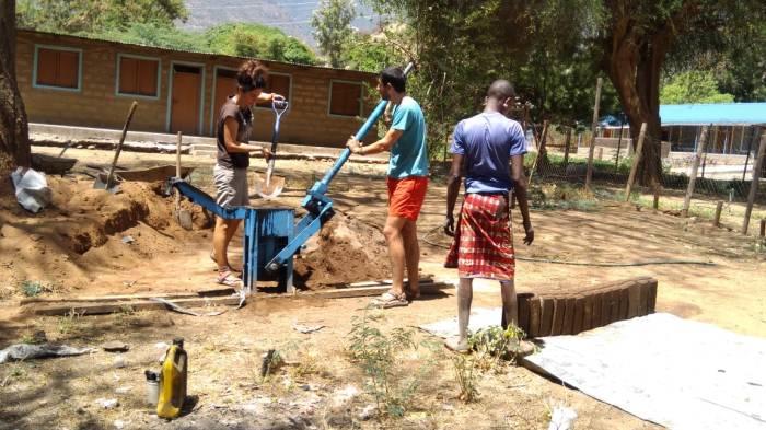 En plena labor de hacer bloques de adobe con Lasanna para la nueva sala de maternidad