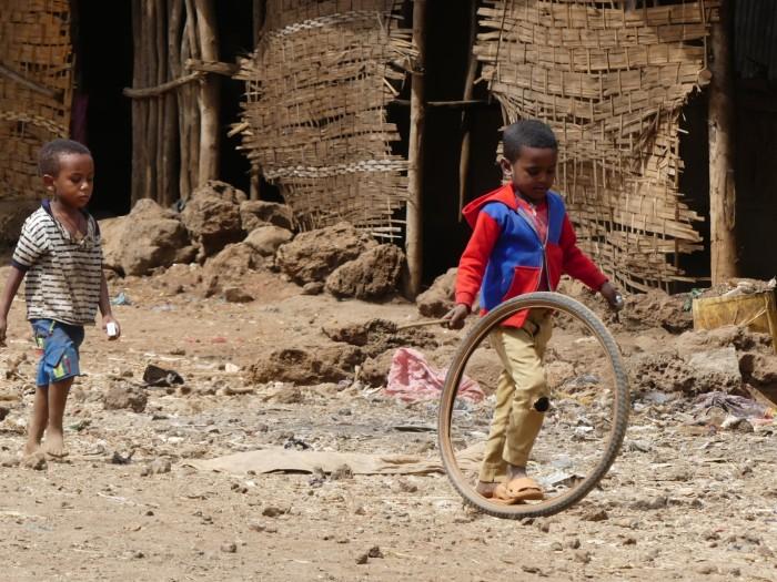 Niños jugando cerca del lago Tana
