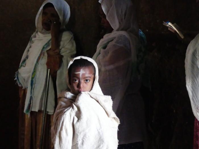 Niña etíope en el monasterio de Gondar