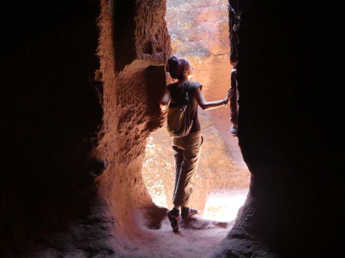 Bea explorando los pasadizos de Lalibela
