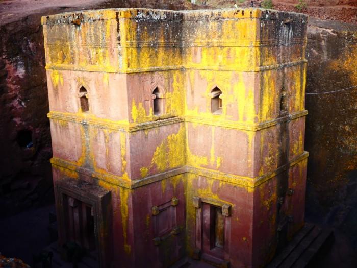 Iglesia de San George al atardecer cuando los líquenes toman tonalidades de oro