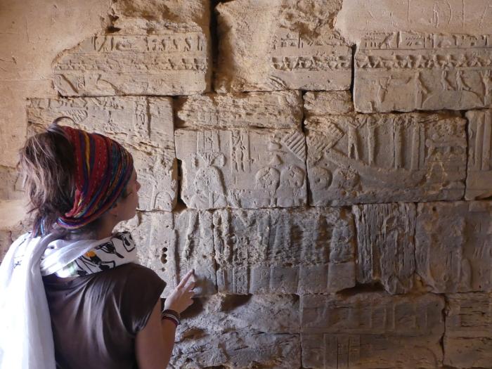 Bea jugando a ser arqueóloga en el interior de la cámara de ofrendas de una pirámide en Meroe