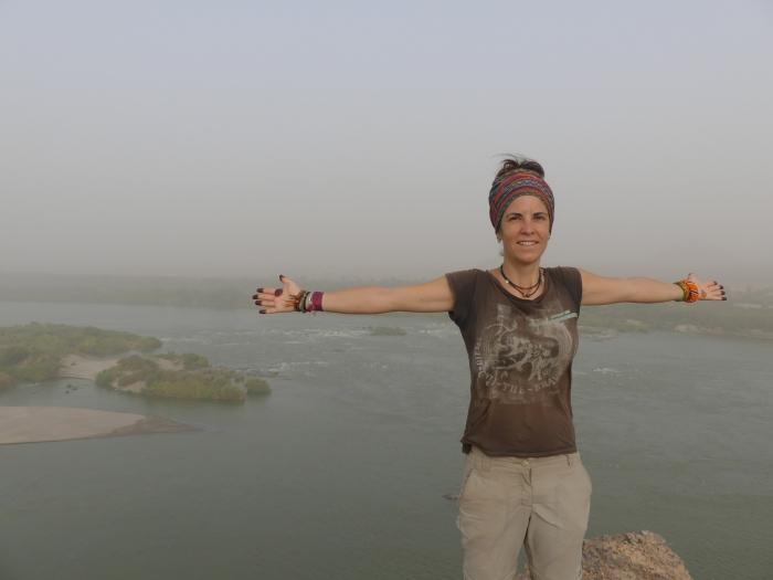 Bea en las terceras cataratas del Nilo en Sabu (con las manos con henna)