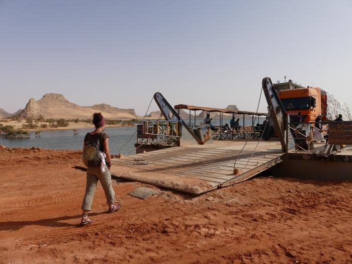 De camino a Abu Simbel, entrando en el transbordador que atraviesa el lago Nasser