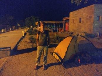 Acampando en Abu Simbel enfrente de la comisaría