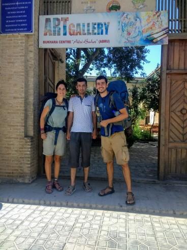 """Con Jazmik en su """"caravansaray"""" de Bujara"""